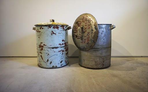 ドラム缶でできたゴミ箱