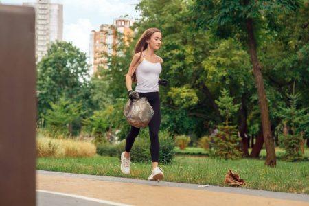 プロギングとは、ジョギングをしながらゴミ拾いをするアクション