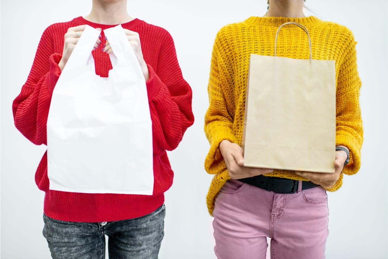 有料化対象のポリ袋と対象外の紙袋