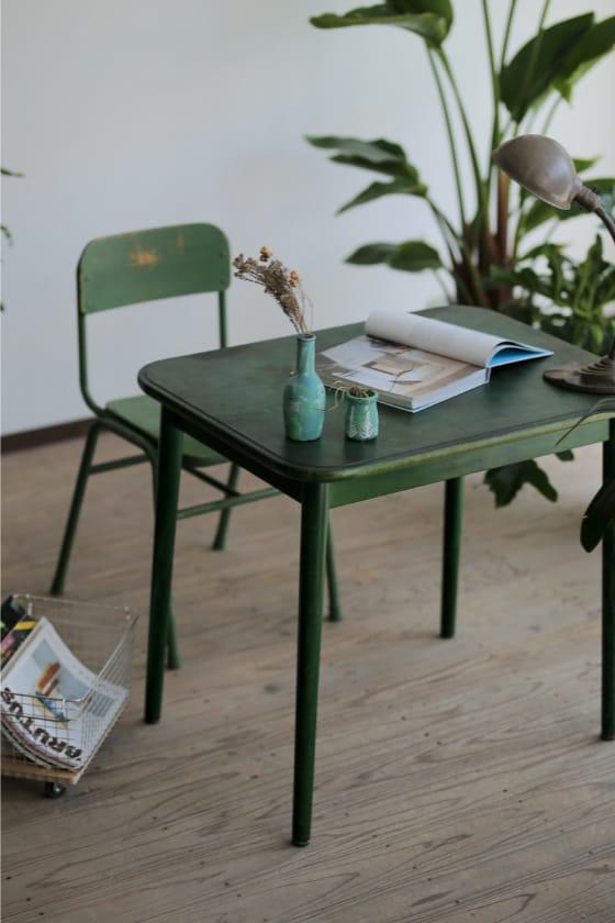 アップサイクルされた森のなかのようなダイニングテーブル